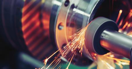 Vollendenmetall, das an Schleifmaschine der hohen Präzision in der Werkstatt arbeitet