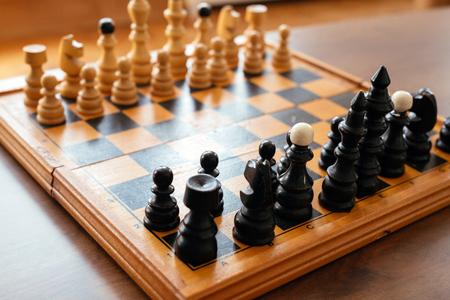 Schaakbord met schaak houten stukken Stockfoto - 92927389