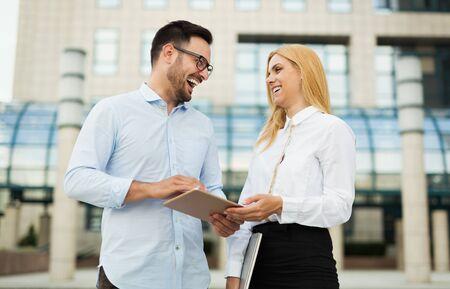 ビジネスパートナーとしてのハンサムな男と美しい女性の写真 写真素材