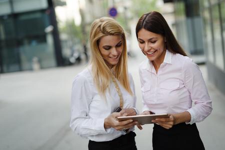 ビジネスパートナーとしての2人の若い美しい女性の写真 写真素材