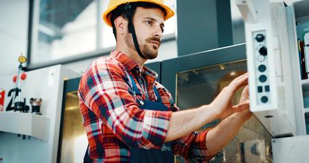 금속 제조 산업에서 일하는 산업 공장 직원