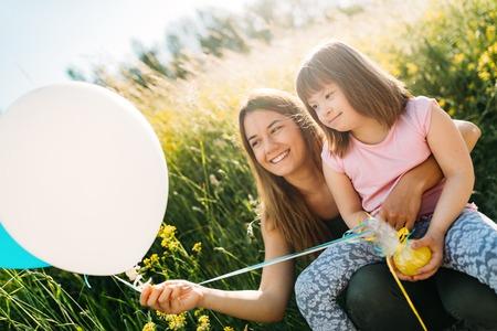 Beeld van moeder en kind met speciale behoeften