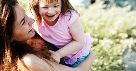 特別なニーズを持つ小さな女の子は、母親と一緒に時間を過ごすことを楽しむ