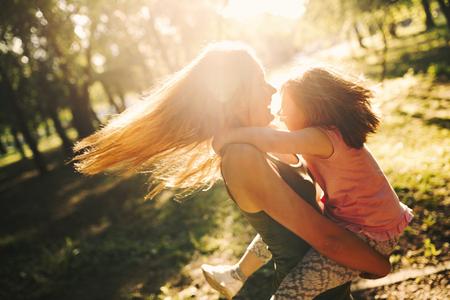 Kleines Mädchen mit besonderen Bedürfnissen genießen Zeit mit Mutter Standard-Bild - 94579578