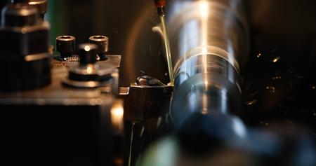 워크샵에서 고정밀 연삭 기계에서 작업하는 정삭 금속