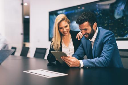 Empresarios discutiendo mientras usa tableta digital en la oficina