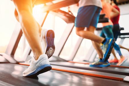 Photo de personnes qui courent sur tapis roulant dans le gymnase Banque d'images - 97240663