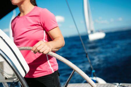 彼女のボートで航海幸せな強い女性