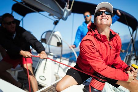 Atrakcyjna silna kobieta płynąca ze swoją łodzią Zdjęcie Seryjne