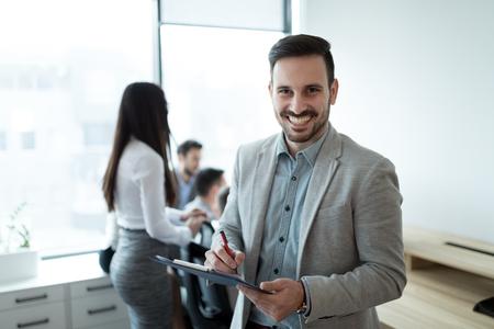 Portrait de bel homme d'affaires au bureau moderne Banque d'images