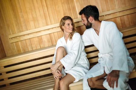 Atractiva pareja feliz relajante en el centro de spa
