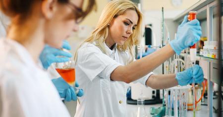 Jóvenes estudiantes de química que trabajan en laboratorio
