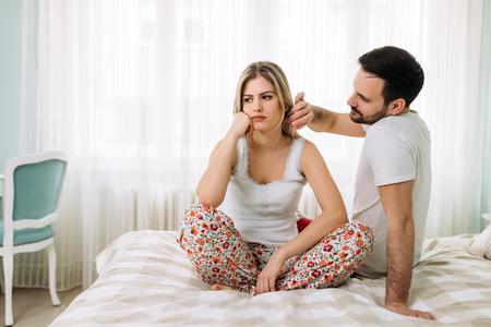 Beeld van jong paar dat relatieproblemen heeft