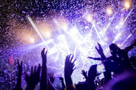 Portret van gelukkige menigte die bij muziekfestival geniet van