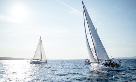 Retrato de veleros en mar abierto