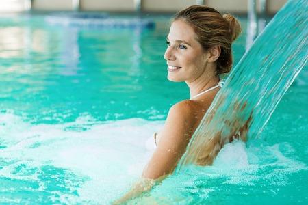 Porträt der schönen Frau, die im Schwimmbad entspannt Standard-Bild