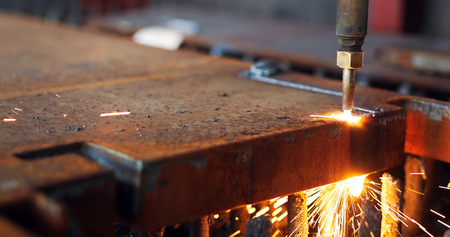 Oxygen torch cuts steel sheet. CNC gas cutting machine. Bright sparks Banque d'images
