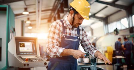 Retrato de un guapo ingeniero en una fábrica. Foto de archivo