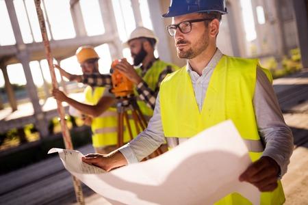Imagen del ingeniero de la construcción que trabaja en el sitio de construcción