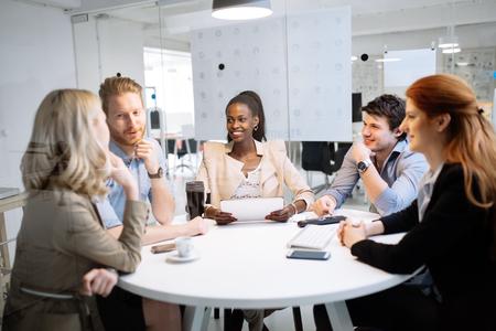 Uomini d'affari che si incontrano alla tavola rotonda