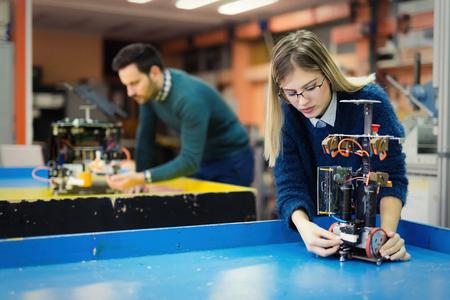 Jonge vrouw ingenieur bezig met robotica-project Stockfoto