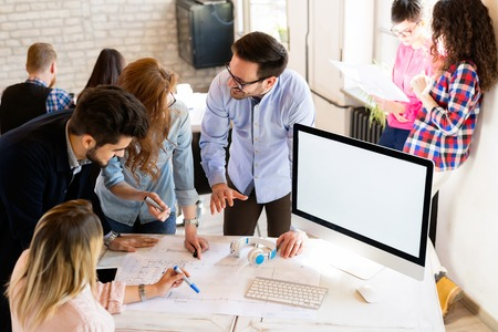 Photo de jeunes architectes discutant au bureau