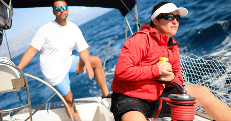 Attractive strong woman sailing with her boat Foto de archivo - 112224732