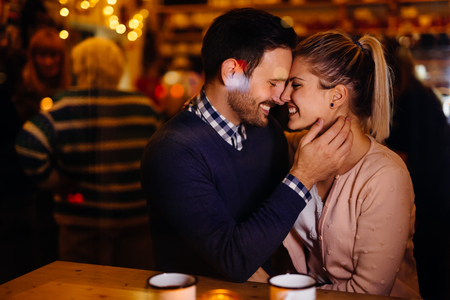 Romantic couple dating in pub at night Imagens - 112906411