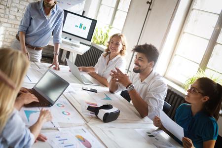 Erfolgreiche Geschäftsgruppe von Menschen bei der Arbeit im Büro
