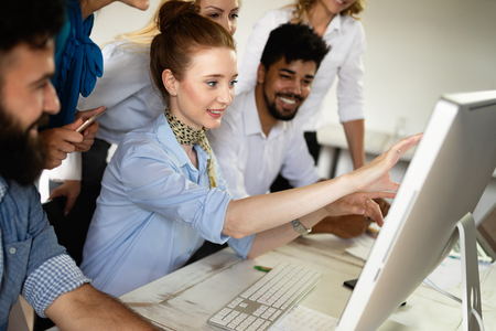 Szczęśliwa grupa ludzi, którzy uczą się inżynierii oprogramowania i biznesu podczas prezentacji