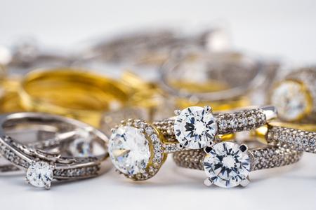 Gruppo di fedi nuziali di fidanzamento con diamante su sfondo bianco, diamante, anelli d'oro