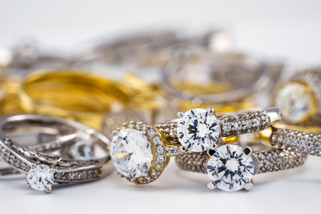Verlobungsdiamant Eheringgruppe auf weißem Hintergrund, Diamant, goldene Ringe