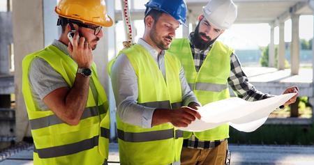 Arquitecto consultar ingeniero en sitio de construcción moderna