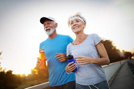 Schönes sportliches älteres Paar, das mit Sport fit bleibt