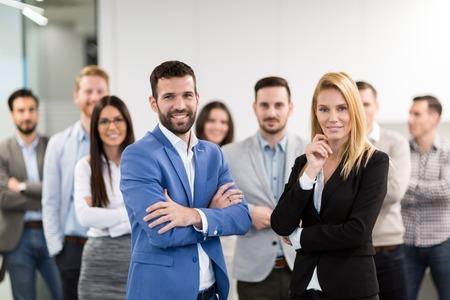 Porträt des Geschäftsteams, das im Büro aufwirft Standard-Bild