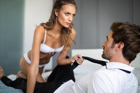 Femme et homme jouant à des jeux de domination au lit
