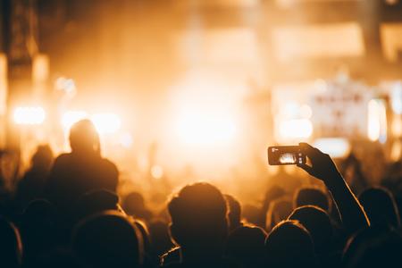 Animando multitud en concierto disfrutando de la actuación musical Foto de archivo