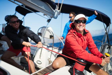 Atrakcyjna silna kobieta płynąca ze swoją łodzią