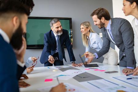 Bedrijfscollega's die in moderne vergaderruimte werken Stockfoto