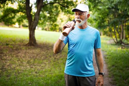 Portrait d'un homme mûr athlétique après la course. Bel homme senior se reposant après le jogging dans le parc Banque d'images