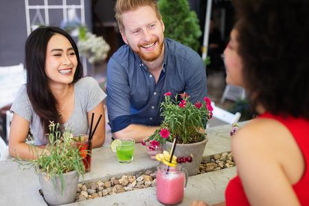 Groupe multiracial d'amis s'amusant et parlant Banque d'images