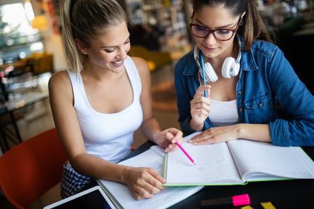 Grupo de jóvenes estudiantes están estudiando juntos en la universidad.