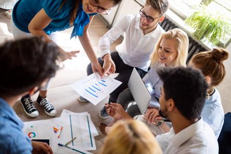 컴퓨터 작업을 하는 현대적인 밝은 사무실 내부 브레인스토밍에서 회의를 시작하는 비즈니스 팀