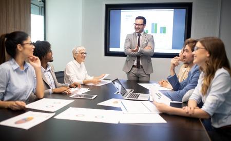 Reunión de trabajo en equipo de intercambio de ideas de negocios de éxito empresarial concepto