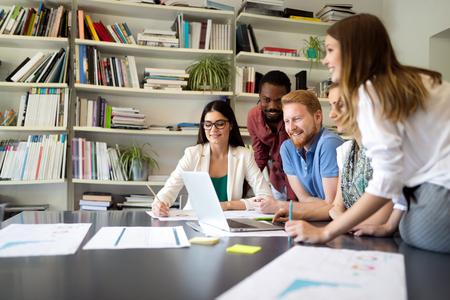 Ludzie biznesu spotykający się z dobrą pracą zespołową w biurze