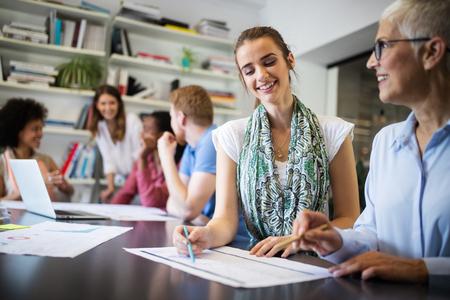 Succesvolle groep zakenmensen aan het werk op kantoor