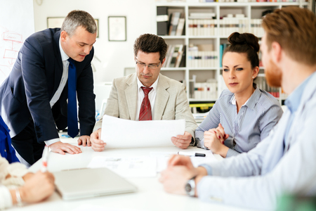 Ondernemers werken samen op kantoor Stockfoto