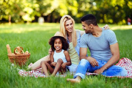 Zdjęcie uroczej pary z córką na pikniku