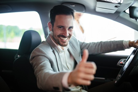 새 차를 구입하는 행복 한 고객의 초상화 스톡 콘텐츠