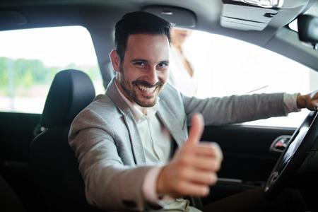 Portret van een tevreden klant die een nieuwe auto koopt Stockfoto
